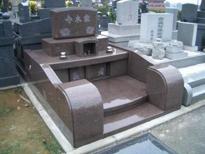 赤い洋風のお墓