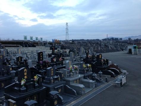 冬の夕方、益城墓園