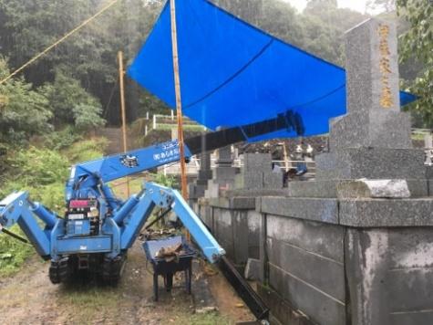 雨の中で工事です。