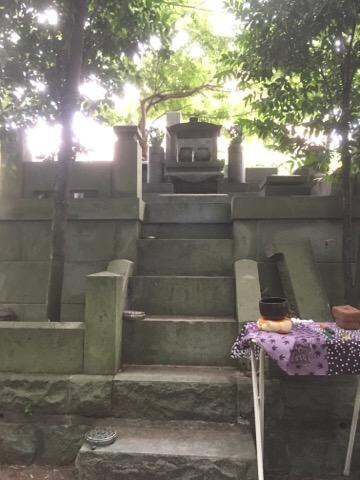 仏石の無いお墓にお経をあげます。