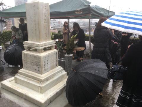 雨の中の納骨式