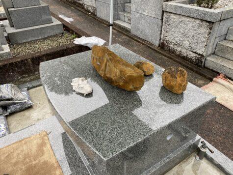 モダンなお墓が完成します。